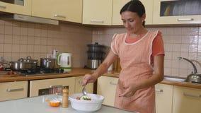 沙拉的准备 健康厨房蔬菜 烹调晚餐 股票视频