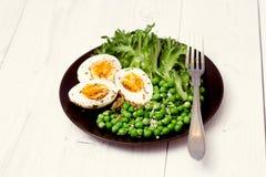 沙拉的有机成份用莴苣、结冰的豌豆和鸡蛋在土气背景 健康食物或者饮食营养 免版税图库摄影
