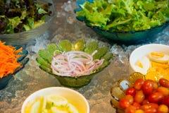 沙拉自助餐,沙拉柜台与各种各样的新鲜蔬菜和其他 免版税图库摄影
