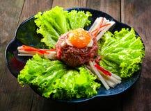 沙拉菜用新鲜的牛肉和鸡蛋 库存照片