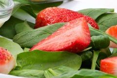 沙拉菠菜草莓 免版税库存照片