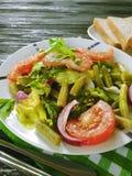 沙拉青豆,蕃茄,可口在木食家背景,在开胃的红辣椒上添面包 库存图片