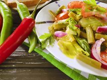 沙拉青豆,蕃茄,在木背景的食家晚餐营养,开胃的红辣椒 免版税库存图片