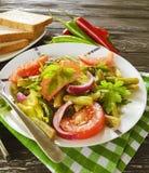 沙拉青豆,蕃茄,在木背景,开胃面包的红辣椒 库存图片