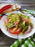 沙拉青豆,蕃茄,在木食家背景的营养,在开胃的红辣椒上添面包 库存照片
