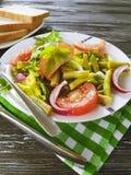 沙拉青豆,蕃茄,在木食家背景,开胃面包的红辣椒 库存照片