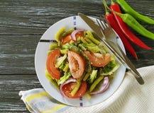 沙拉青豆,蕃茄,有机调味料一个木食家莴苣,面包胡椒开胃午餐加香料 图库摄影