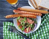 沙拉青豆,蕃茄,油煎了在一串木背景烤肉的葱晚餐香肠快餐传统开胃菜啤酒 图库摄影
