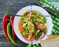 沙拉青豆,蕃茄,用餐一个木食家莴苣,面包红辣椒开胃午餐 免版税图库摄影