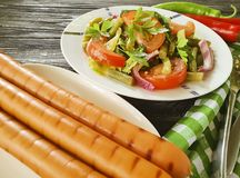 沙拉青豆,蕃茄,食家营养板材油煎了在木背景的香肠,开胃面包的红辣椒 免版税库存图片