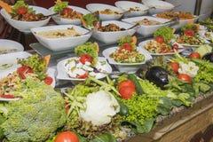 沙拉食物的Selction在餐馆自助餐的 库存照片