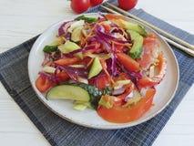 沙拉,素食中国在一张木背景桌上的食物蕃茄新营养健康 库存图片