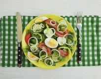 沙拉,黄瓜,鸡蛋,蕃茄,午餐桌营养准备了在白色木背景的自创开胃菜开胃菜葱 免版税库存图片