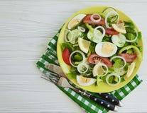 沙拉,黄瓜,鸡蛋,蕃茄,午餐营养准备了在白色木背景的自创开胃菜开胃菜葱 库存图片