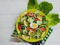 沙拉,黄瓜,鸡蛋,蕃茄,维生素开胃菜在白色木背景的开胃菜葱 图库摄影