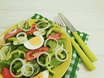沙拉,黄瓜,鸡蛋,蕃茄peppe,健康营养准备了在白色木背景的自创开胃菜开胃菜葱 库存照片