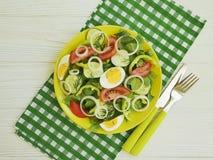 沙拉,黄瓜,鸡蛋,蕃茄peppe,午餐桌营养准备了在白色木背景的自创开胃菜开胃菜葱 免版税图库摄影