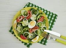 沙拉,黄瓜,鸡蛋,蕃茄peppe,午餐营养准备了在白色木背景的自创开胃菜开胃菜葱 库存照片