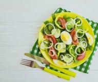 沙拉,黄瓜,鸡蛋,蕃茄peppe,在白色木背景的健康准备的自创开胃菜开胃菜葱 免版税库存图片