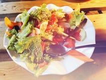 沙拉 新鲜的夏天莴苣沙拉 在木桌上的健康地中海沙拉 素食食物 免版税库存照片
