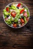 沙拉 新鲜的夏天莴苣沙拉 健康地中海沙拉橄榄蕃茄帕尔马干酪和熏火腿 库存图片