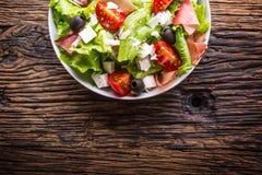 沙拉 新鲜的夏天莴苣沙拉 健康地中海沙拉橄榄蕃茄帕尔马干酪和熏火腿 库存照片