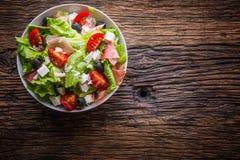 沙拉 新鲜的夏天莴苣沙拉 健康地中海沙拉橄榄蕃茄帕尔马干酪和熏火腿 免版税库存照片