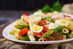 沙拉- penne面团用芦笋,蕃茄,鹌鹑蛋,无盐干酪 免版税库存图片