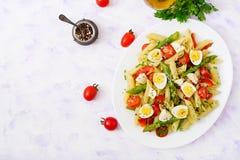 沙拉- penne面团用芦笋,蕃茄,鹌鹑蛋,无盐干酪 库存照片