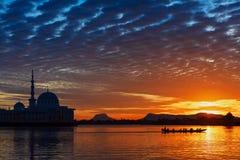 沙捞越河令人惊讶的日落视图在古晋市 免版税库存图片