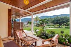 沙摩西岛别墅传统和古色古香的客厅  免版税库存图片