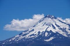 沙斯塔山,北加利福尼亚:在蓝色和白色的构成 图库摄影