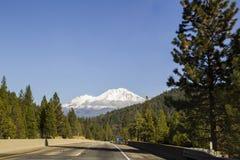 沙斯塔山,从高速公路的加利福尼亚 库存照片
