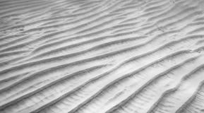 沙波纹理水下的线和对角线 库存照片