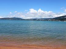 沙滩、美妙的海和山景 免版税图库摄影