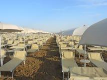 沙滩伞、眺望台和太阳床在意大利沙滩 亚得里亚海的海岸伊米莉亚罗马甘地区 库存图片