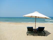 沙滩伞和两晒黑床以横向格式 免版税图库摄影