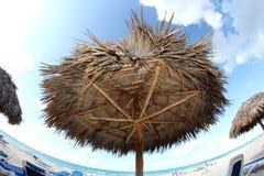 沙滩伞和绿宝石水背景 图库摄影