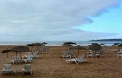 沙滩伞在雨以后的索维拉 免版税库存图片