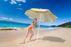 沙滩伞妇女 图库摄影