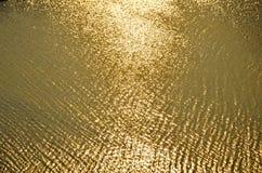 沙滩和强光太阳,金黄黄色背景,纹理的波浪 库存照片