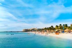 沙滩在高层旅馆区域,阿鲁巴 免版税图库摄影