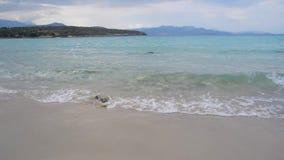 沙滩海岸波浪绿松石水阴云密布天,希腊 股票视频