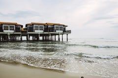 沙滩的浮动旅馆在多云天空背景 免版税库存图片