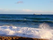 沙滩的风大浪急的海面 免版税库存图片