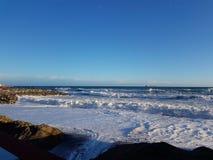 沙滩的风大浪急的海面 免版税图库摄影