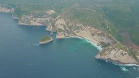 沙滩鸟瞰图和热带海岛、蓝色海洋水和波浪 影视素材