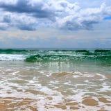 沙滩 与大雨和热带st的剧烈的cloudscape 图库摄影