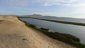 沙漠、湖和太平洋在Bandurria,利马 库存图片