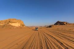 沙漠乔丹兰姆酒旱谷 在一个美好的风景,流浪的人民驾驶汽车多数游人显示沙漠的秀丽, 库存照片